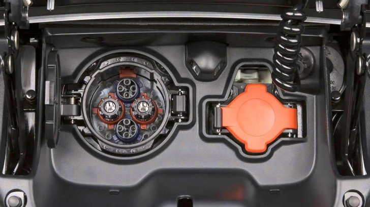 Разъемы для зарядки батареи в Nissan Leaf ZE0
